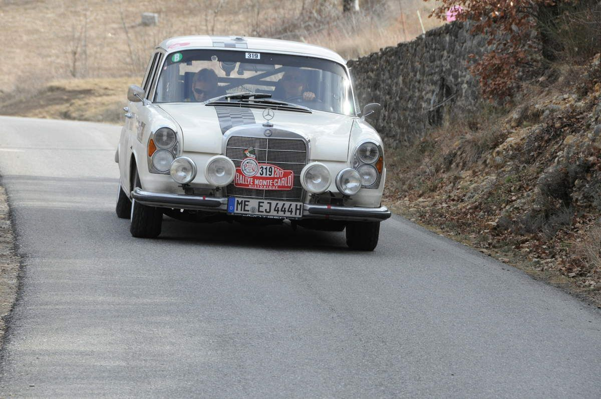 Jennifer Juentgen(D)/Katjia Brinkmeyer(D) Mercedes-Benz 300 SE 1961 ..... Photo : R.S.