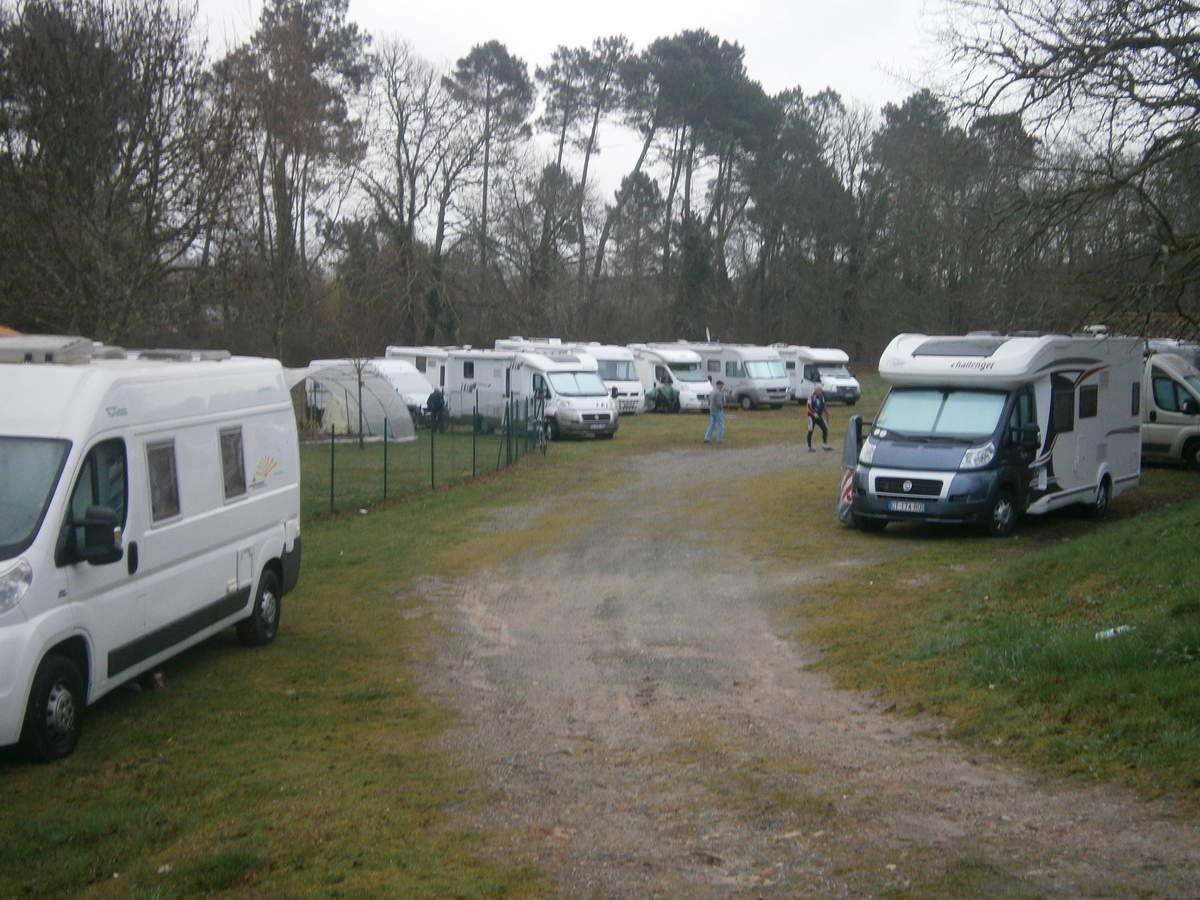 Pas mal de camping-cars prêts pour le lendemain .