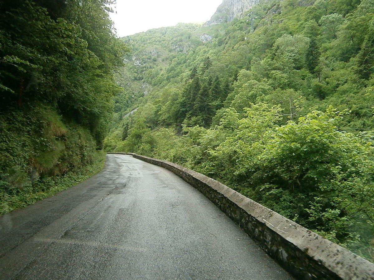 Route étroite qui mène au barrage et à Fabrèges et son lac . Au loin le col du Pourtalet !!