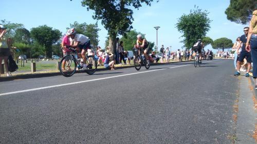 L'émotion est encore là , lorsque un cycliste avec une seule jambe ( à la suite d'un accident de moto ) se pointe et c'est l'ovation assurée à chaque passage .