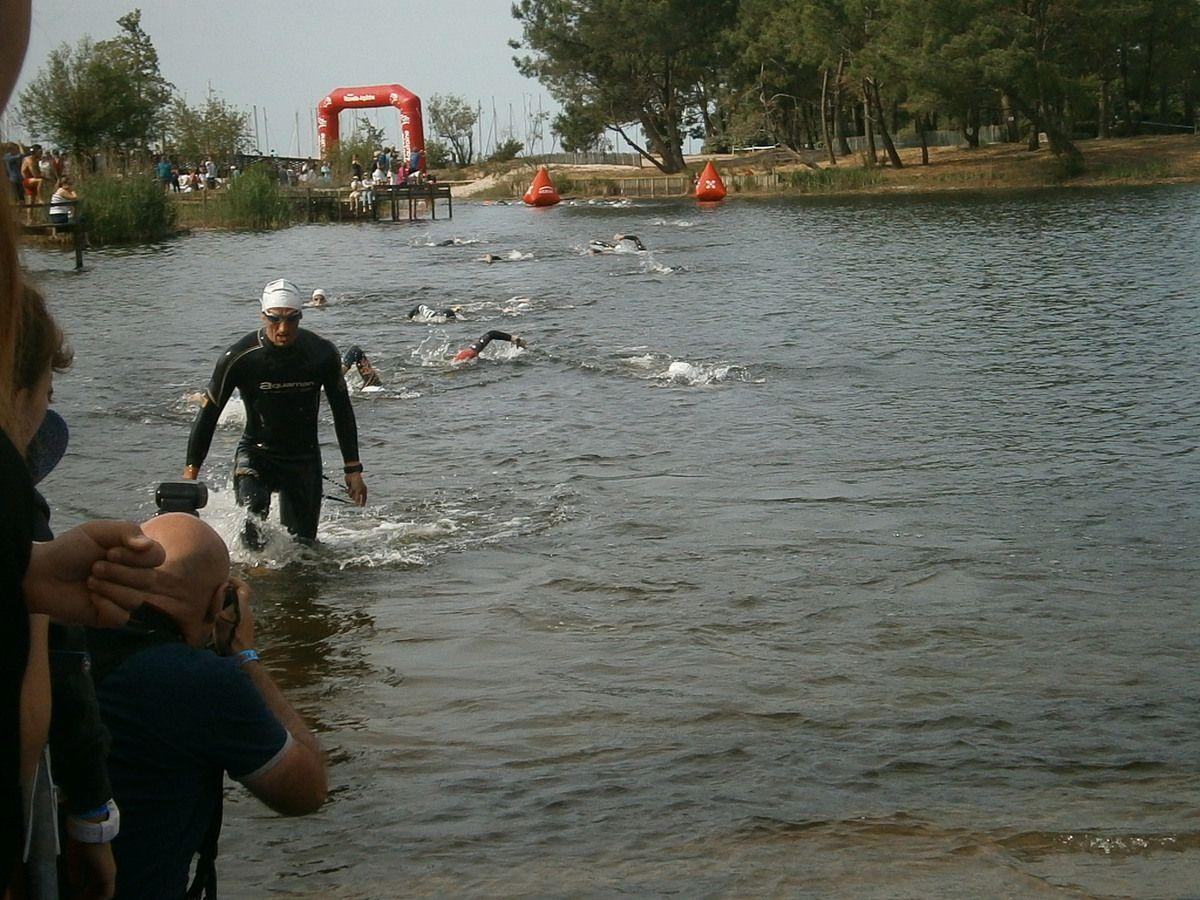 Dés le départ dans le lac , Alain a reçu la brassée d'un nageur sur la tête . Il a été estourbi un instant . Il a quand même eu peur !!.
