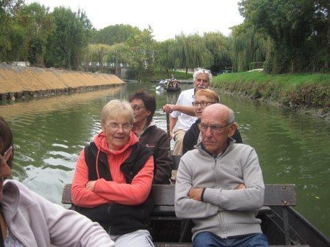 La barque de J. Marie s'apprète à nous doubler car il a pris une rame à son guide