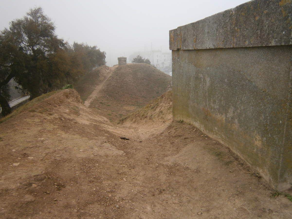 le port abrité par les fortifications et la dune