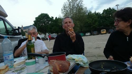Daniel nous a amené des jésuites spécialité de l'Aveyron . C'est bon , Marie Laure ?