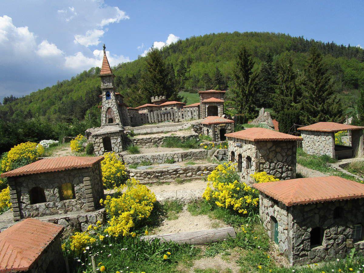 4 ème col COL DU BUISSON et le village miniature tout en granit