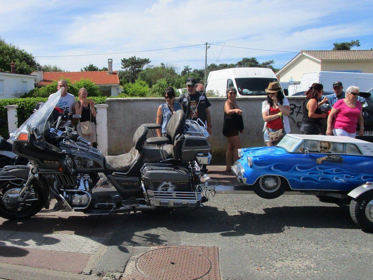 La remorque de cette moto , représente la cadillac de Johnny !! Musique à fond !!
