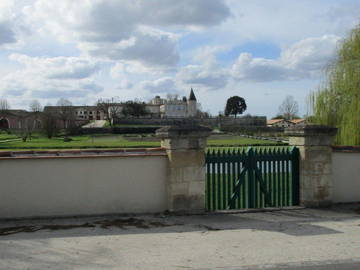 Le château Rothschild sur notre gauche .