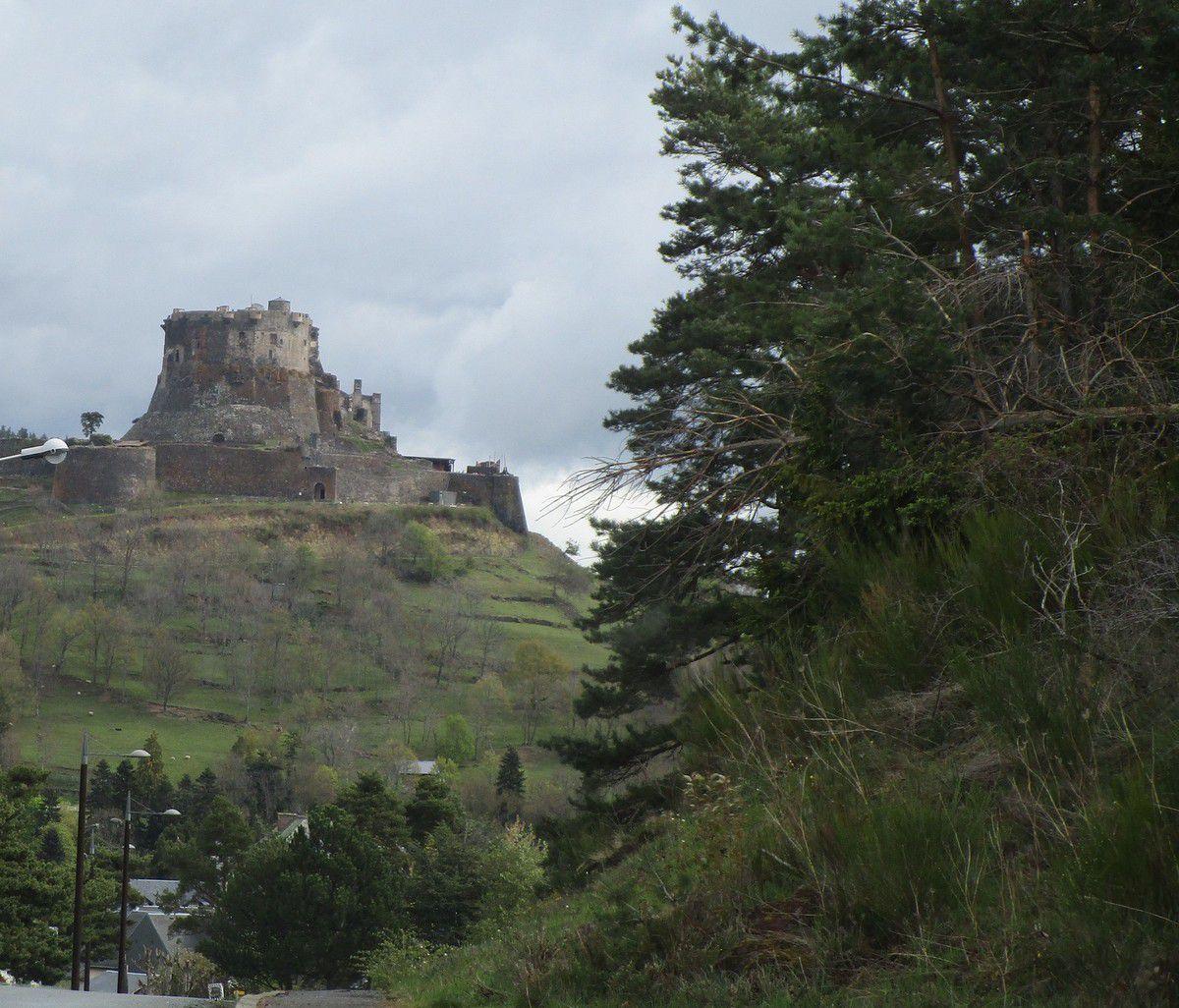 Le château de Murol et l'église de St Nectaire