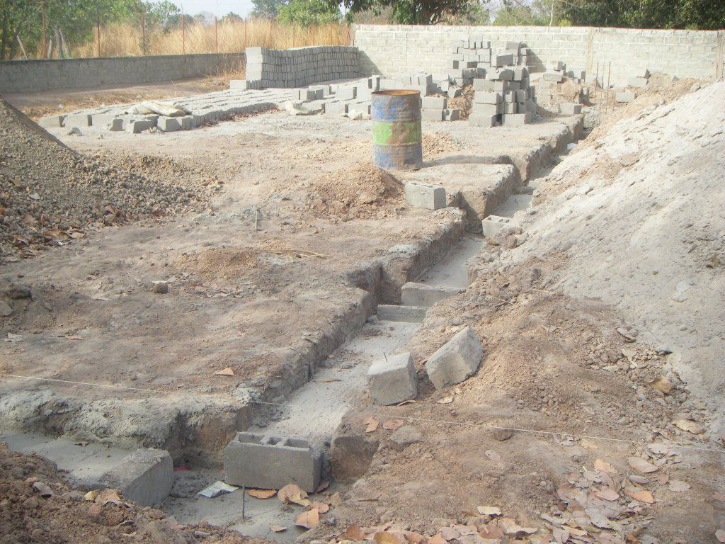 L'église Sainte Claire de la paroisse de Mampatim (Sénégal) : les murs atteignent maintenant plus de 4 mètres de hauteur. Nous avons versé pour le moment 13.000€.