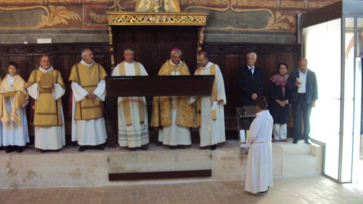 La Chapelle de l'Annonciade a été bénie par Mgr Dufour, en présence du Père Michel Desplanches, Vicaire général et de M. Gaby Charoux, député-maire de Martigues