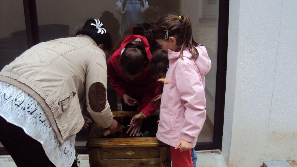 Plusieurs ateliers étaient proposés aux enfants, en particulier l'embellissement de la cour avec l'aide de Solange, Sœur Nicaise, Joseph, Quentin et André.