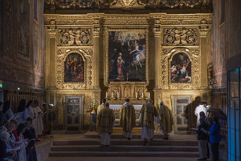 """Messe solennelle de Notre dame du rosaire. Première messe dans la chapelle rénovée de l'Annonciade. Les martégaux étaient très nombreux et les stalles étaient combles des deux côtés. La messe étaie dite """"dos au peuple"""" afin de respcter l'architecture de la chapelle."""