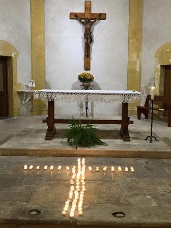 Eglise Saint Louis d'Anjou : prière pour les victimes des attentats de Paris.