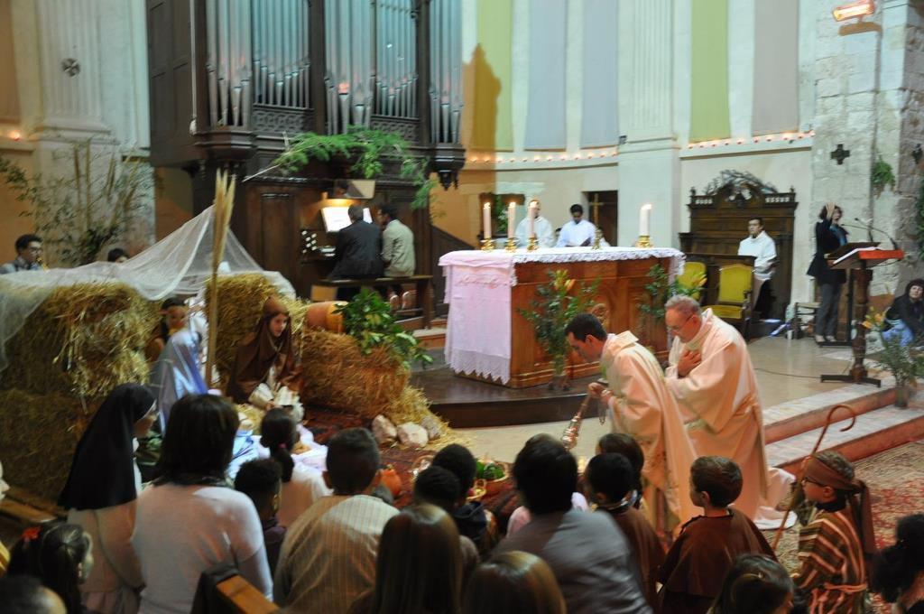 Eglise Saint Genest jeudi 24 décembre : une église bondée trop petite pour accueillir tous les Martégaux ! Une célébration magnifique présidée par le Père Bastien Romera.