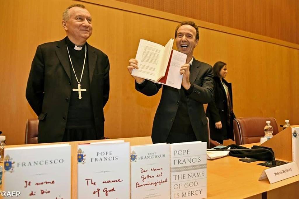 Lors de la présentation du livre du Pape, «Le nom de Dieu est miséricorde», à Rome, en présence du secrétaire d'État du Saint-Siège, le cardinal Pietro Parolin, et l'acteur et réalisateur italien Roberto Benigni.