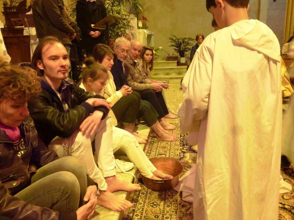 Foule des martégaux à Saint Genest : Messe de la Cène avec le lavement des pieds, le sacrement des malades, une première communion, la procession vers le reposoir de l'Annonciade et l'adoration nocturne.