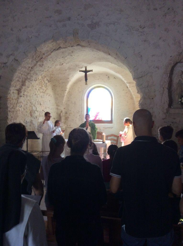 """Samedi 17 septembre, du phare de la Couronne à la Chapelle de Sainte Croix avec la fabrication de petits radeaux, confection d'une croix et une petite représentation des enfants et de notre séminariste Louis : """"visite de Naaman au prophète Élisée"""""""
