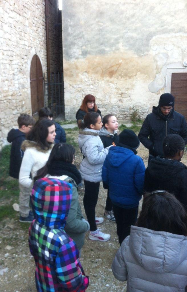 Retraite à l'abbaye de Senanque pour les enfants du Catéchisme. Au programme : enseignement, vaisselle, marche, prière ; tout cela dans la Joie du Christ.