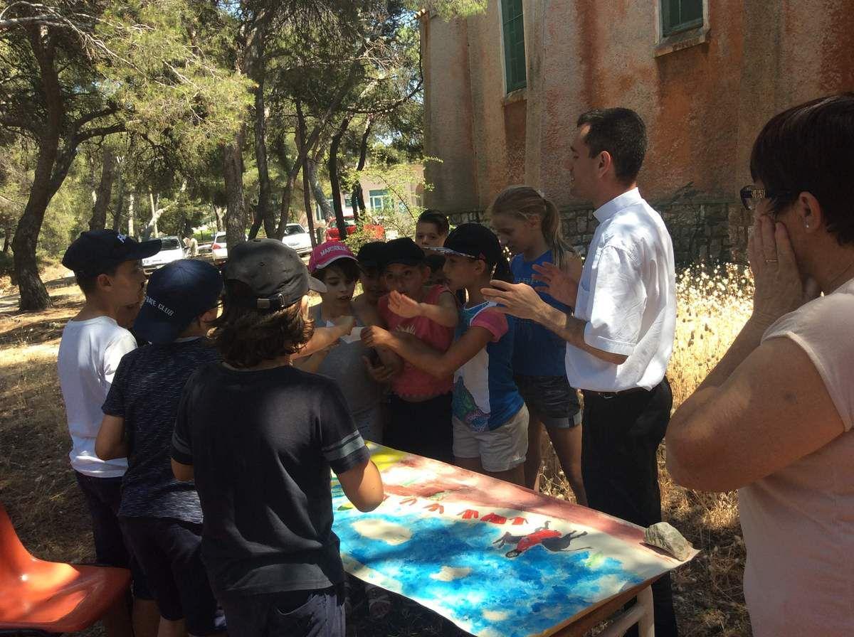 La journée du Caté à Lavera ; on peint notre année ; on fait un chemin d'Évangile. Relecture et prière à la chapelle