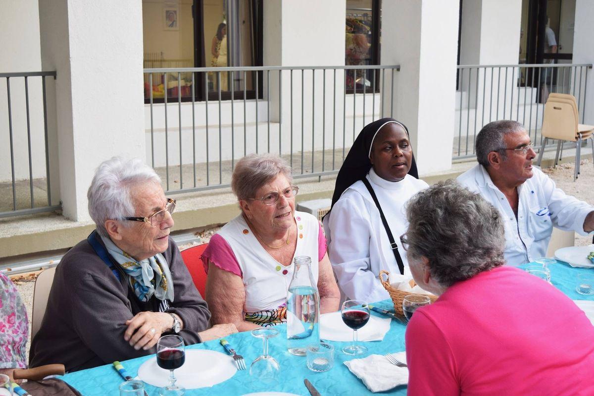 Au cours de cette soirée ont été fêtés le Père Thierry-Joseph et les Filles de la Charité. Dernier repas paroissial partagé de l'année pour la fête de la Saint Pierre. Ces repas permettent aux paroissiens de rencontrer des protestants, des orthodoxes et d'autres personnes qui ont envie de partager un moment convivial.