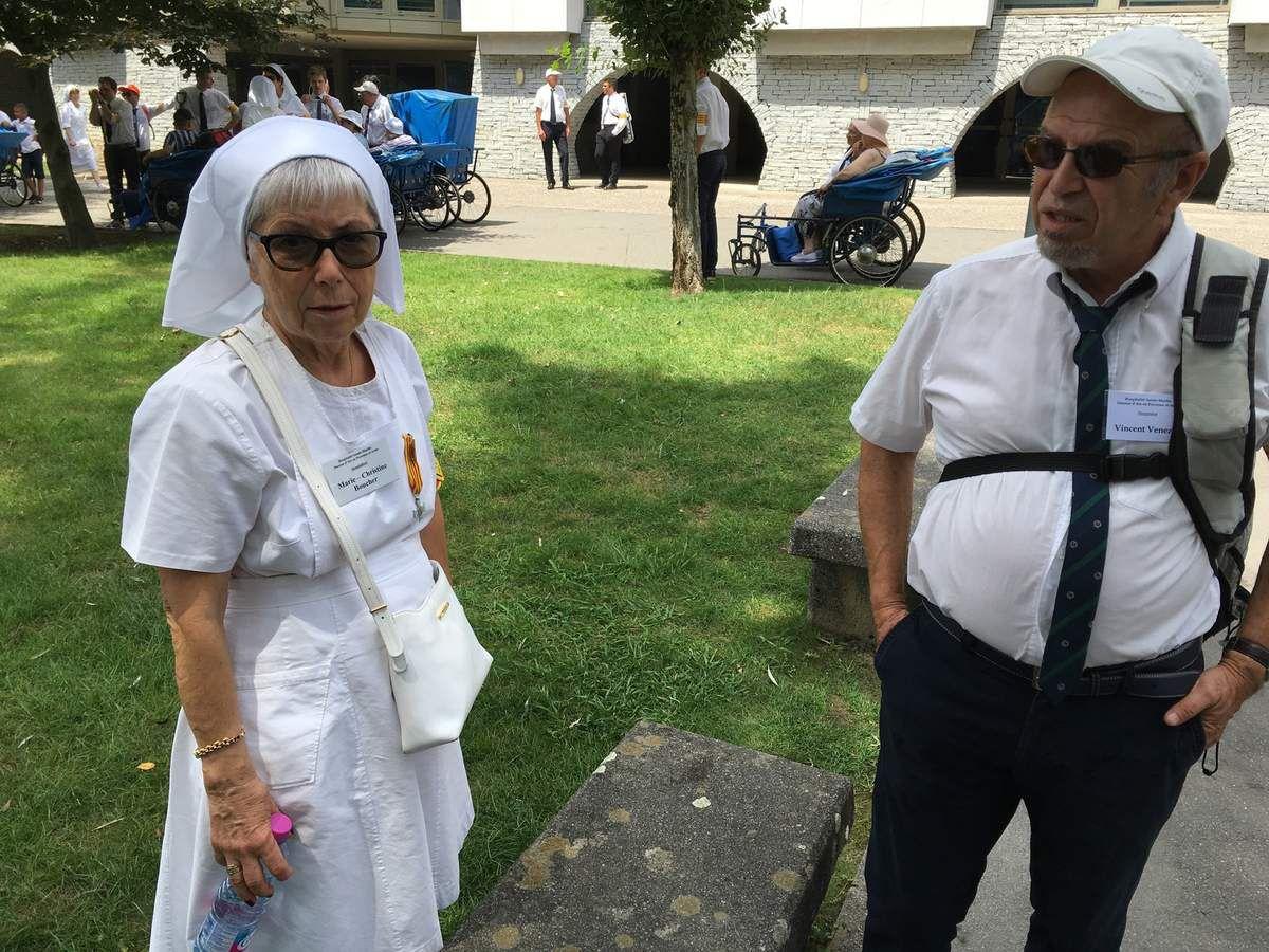 La photo du Pèlerinage. Bénédiction du cierge diocésain après la messe à la grotte suivi d'un picnic dans la prairie. Office de vénération de la Croix.
