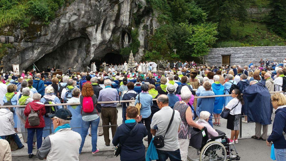 Beaucoup de monde à la grotte ce matin.