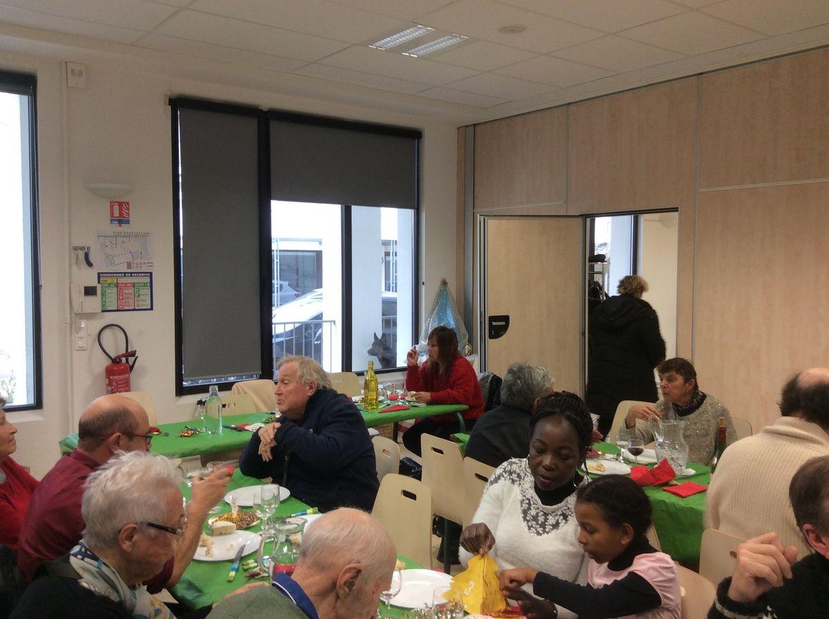 Ambiance festive à la Maison Saint François pour le jour de Noël. Repas pour les personnes seules, partage et chants de Noël.