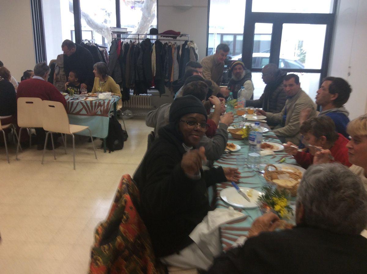 Les paroissiens ont ouvert leur table à tous, aux familles, à ceux qui vivent la solitude, aux démunis, aux sans domicile, à leurs propres amis…Ils ont fêté les rois !