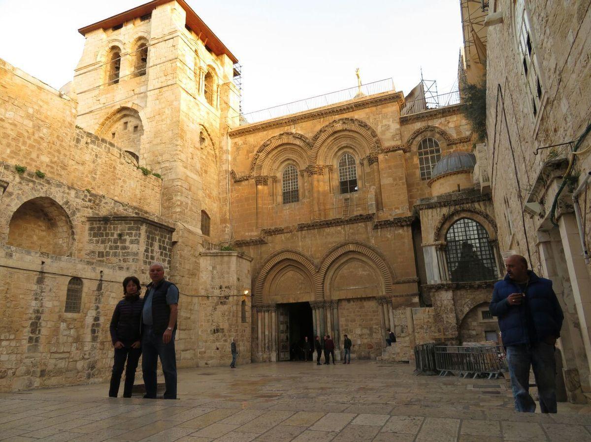 Au Saint Sépulcre de bon matin avant de partir pour Bethléem. Le Calvaire, la pierre sur laquelle le Christ a été enveloppé du linceul et le tombeau.