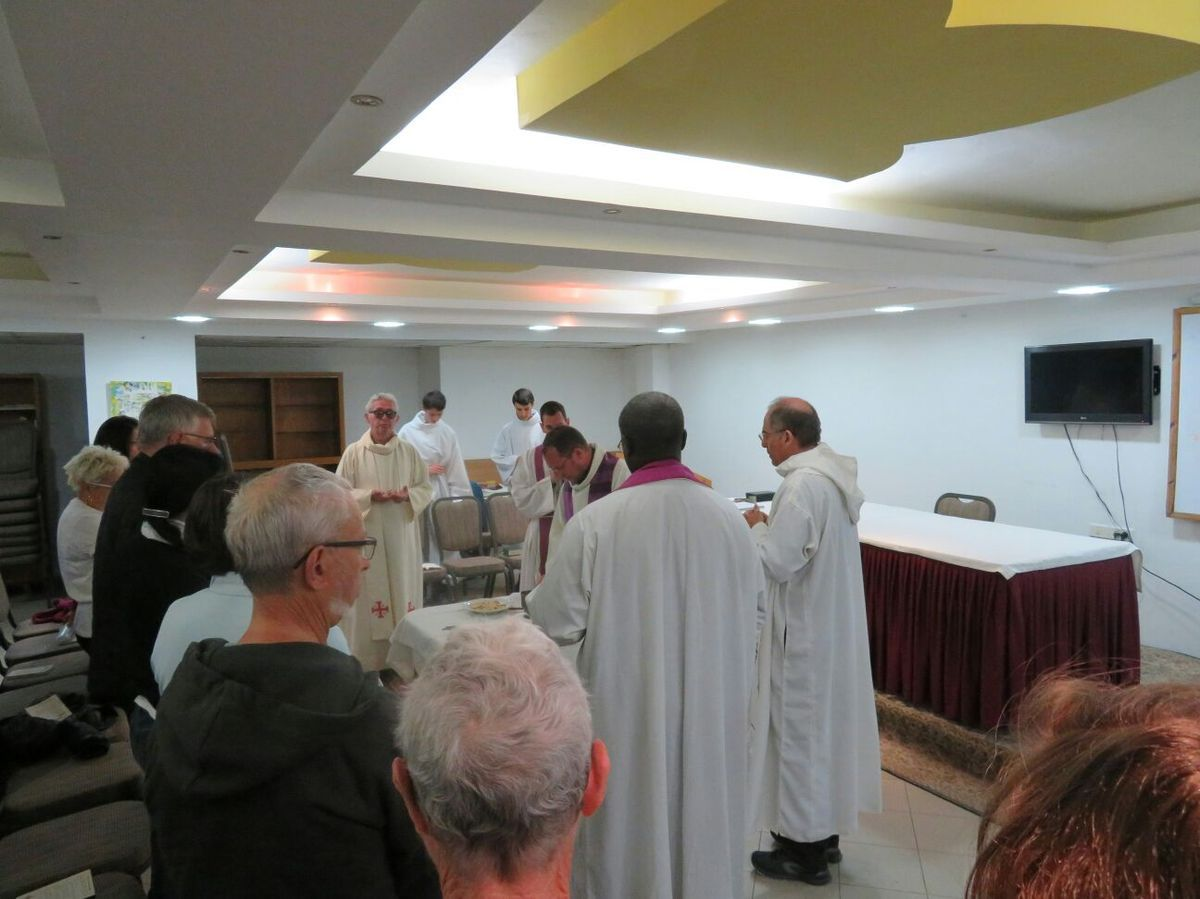 Changement de programme : La messe du mardi 6 s'est déroulée dans une salle de l'hôtel.