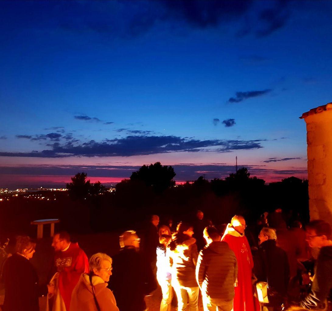 Dimanche soir à Notre Dame de Miséricorde. La foule se presse sur la colline.