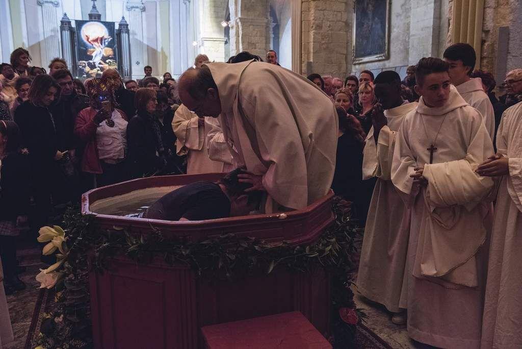 Eglise Saint Genest dans la nuit de Pâques : nous te louons splendeur du Père, Jésus, fils de Dieu.