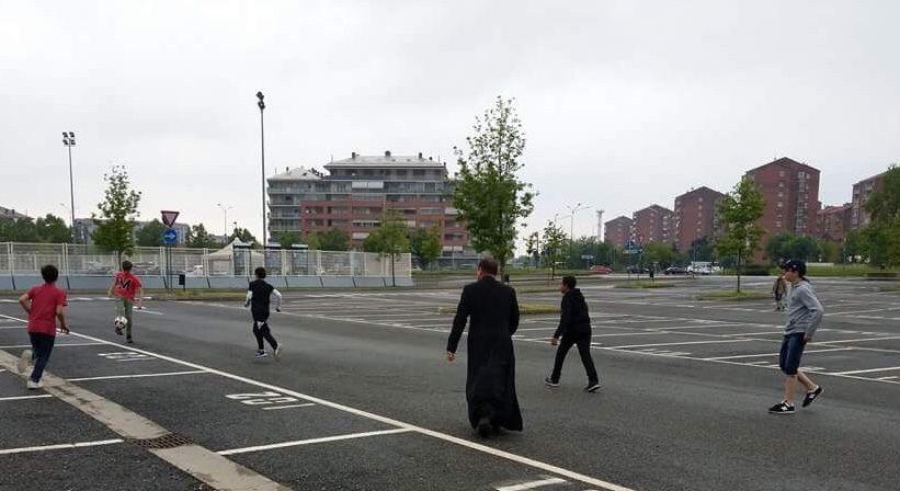 Prêts pour la messe dans la Basilique au Colle Don Bosco ; Au magasin ; Petit football sur le parking du Juventus Stadium ; Les jeunes jouent au football avant le repas, chez Pier-Giorgio Frassati, patron des sportifs ; Les jeunes font la vaisselle ; Veillée.