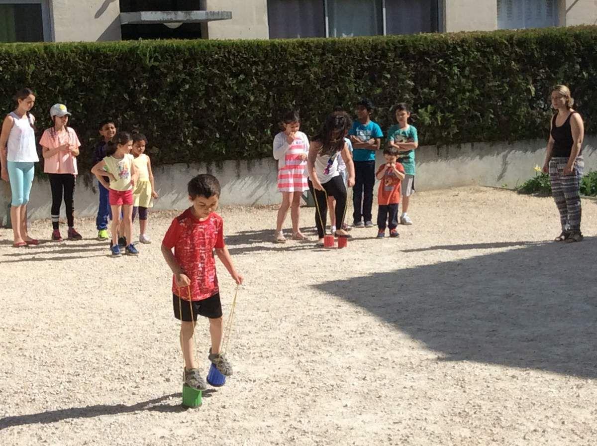De multiples activités sont proposées aux enfants de Martigues à la Maison Saint François. Jeudi, ils ont rencontré les résidents de la Maison de retraite 'Les oliviers de Saint Jean'.
