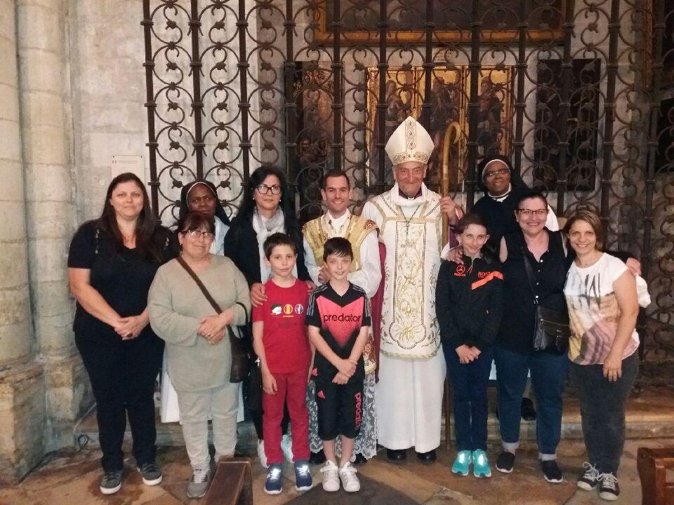 Dans la Collégiale royale Sainte-Marthe avec Monseigneur l'archevêque.
