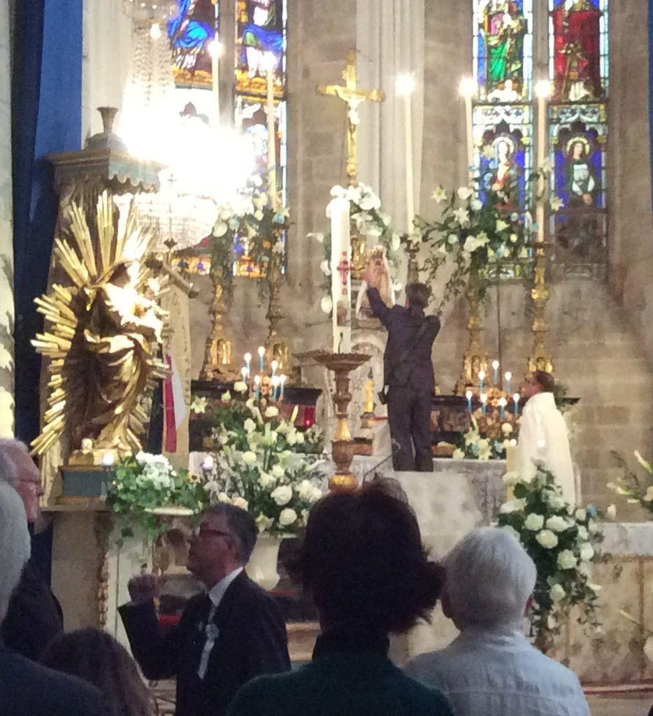 Procession solennelle (au départ du portail Saint-Jean) suivie de l'entrée triomphale de la statue de Notre-Dame dans la collégiale royale Sainte-Marthe avec la grand-messe présidée par Monseigneur l'archevêque cette année.