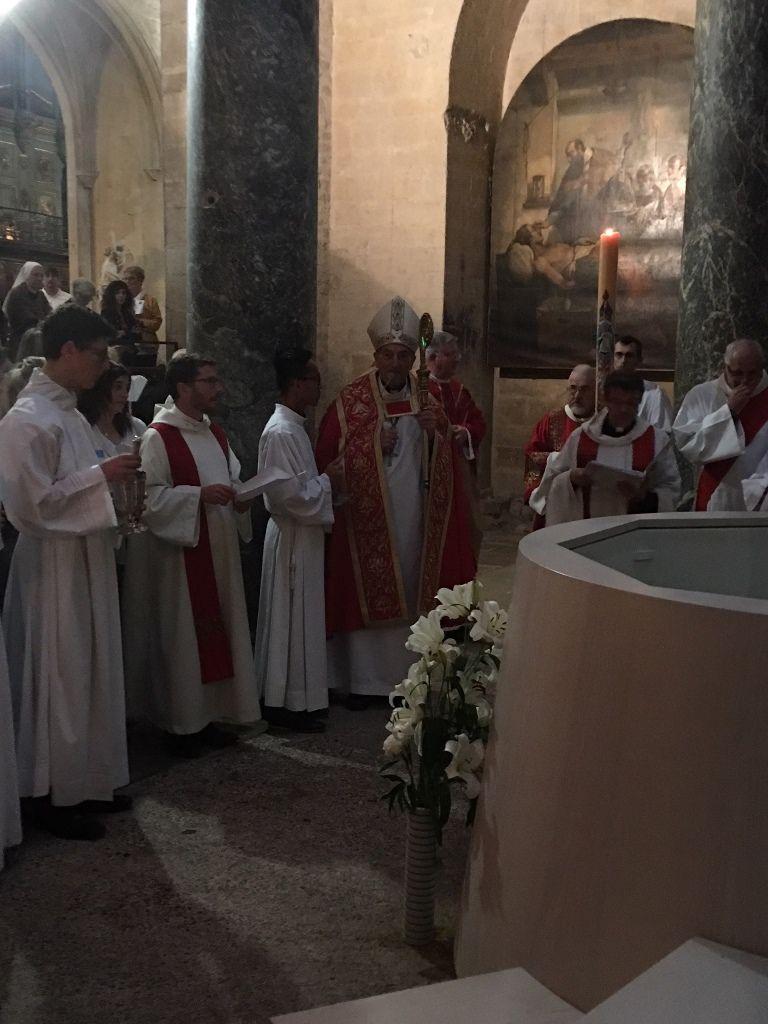 Catherine, Céline, Christelle, Dominique, Gaëlle, Justine, Magali, Sébastien et Sylvie recoivent le don de l'Esprit maintenant à la Cathédrale Saint Sauveur.