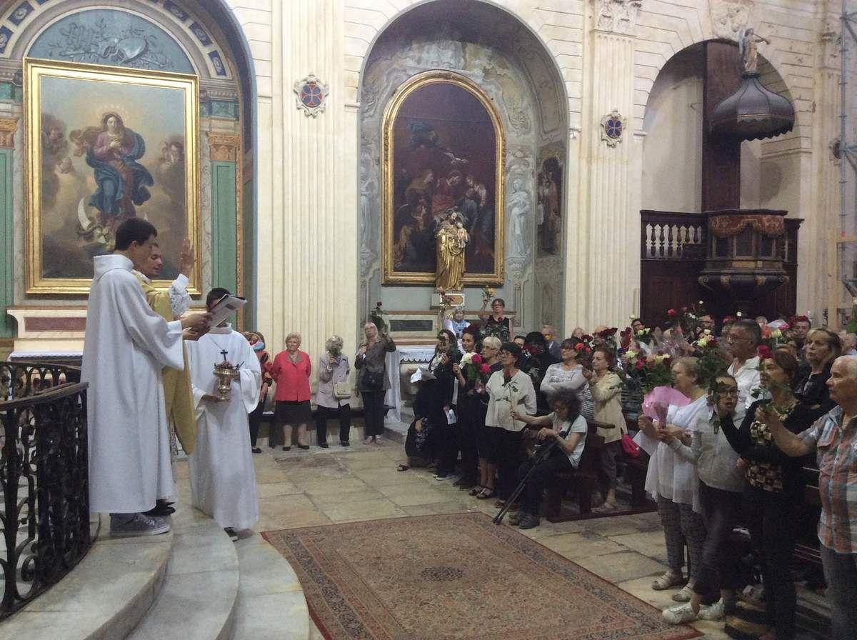 En la fête de Sainte Rita, une messe solennelle a été célébrée à La Madeleine et une bénédiction des roses destinées aux malades a eu lieu selon la tradition de cette fête.