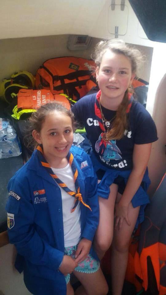 Dimanche 10 juin : les photos des guides (filles) à bord de la vedette des sauveteurs en mer. Les deux autres photos sont lors d'un petit cours théorique sur la navigation.