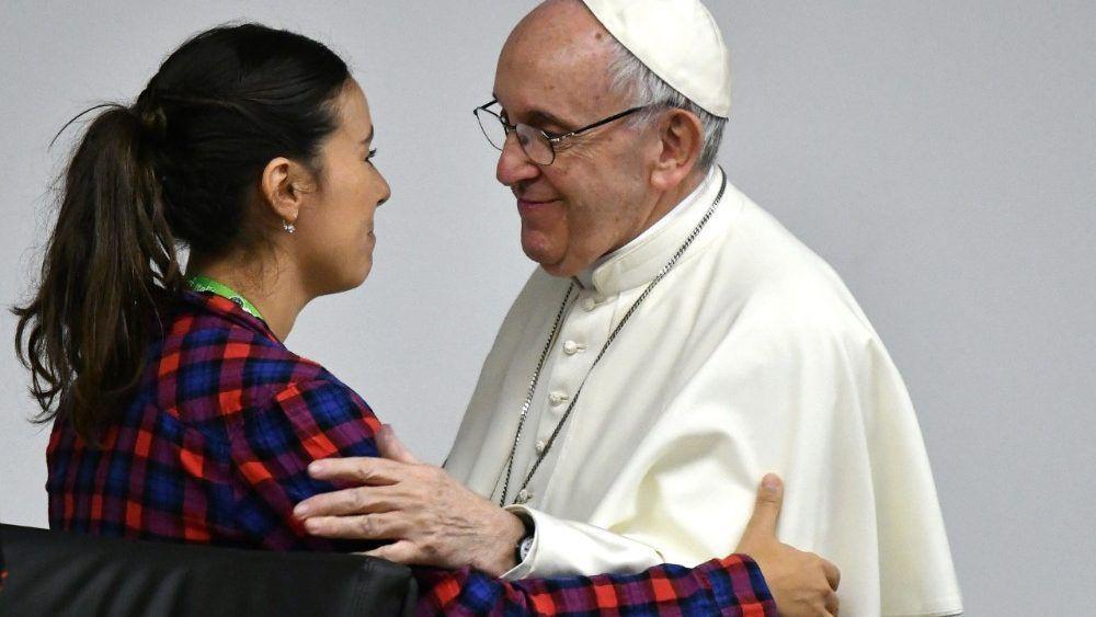 Le Pape saluant une participante à la réunion pré-synodale, le 19 mars 2018.