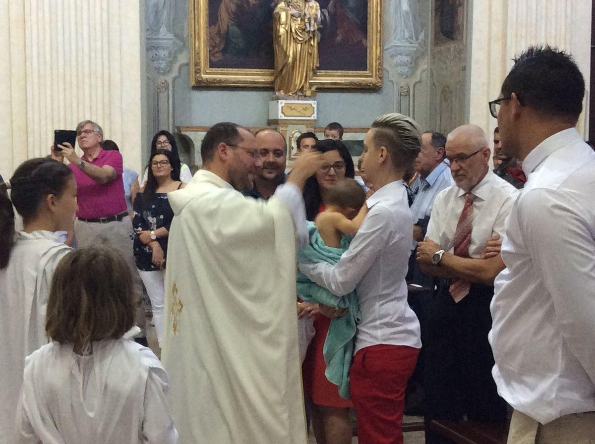 Baptême de Tom Llorca ce matin à La Madeleine. Photos Jean Pierre Coudert et Soeur Nicaise.