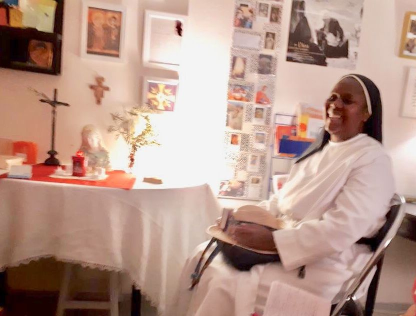 Sœur Yolaine en visite au bureau de l'aumônerie à l'hôpital des Rayettes