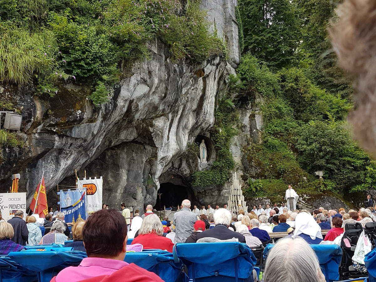 Ce matin, départ pour la grotte, photo du pèlerinage et début de la messe