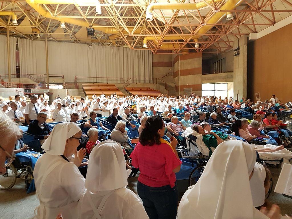 Après la messe d envoi, moments de fête pour terminer ce pèlerinage entre malades, hospitaliers, le groupe des ravis, les pèlerins de l'espérance (Secours Catholique) et les pèlerins du diocèse