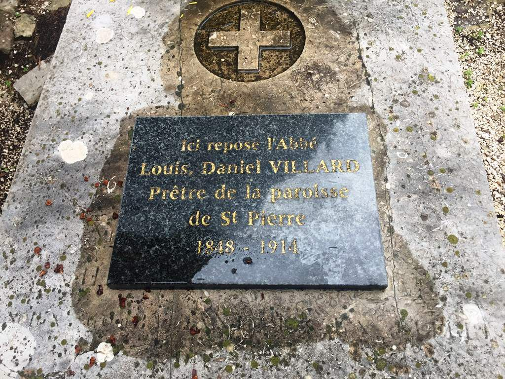 Recueillement également devant le monument aux morts et sur la tombe de l'abbé Villard, dernier curé de Saint Pierre