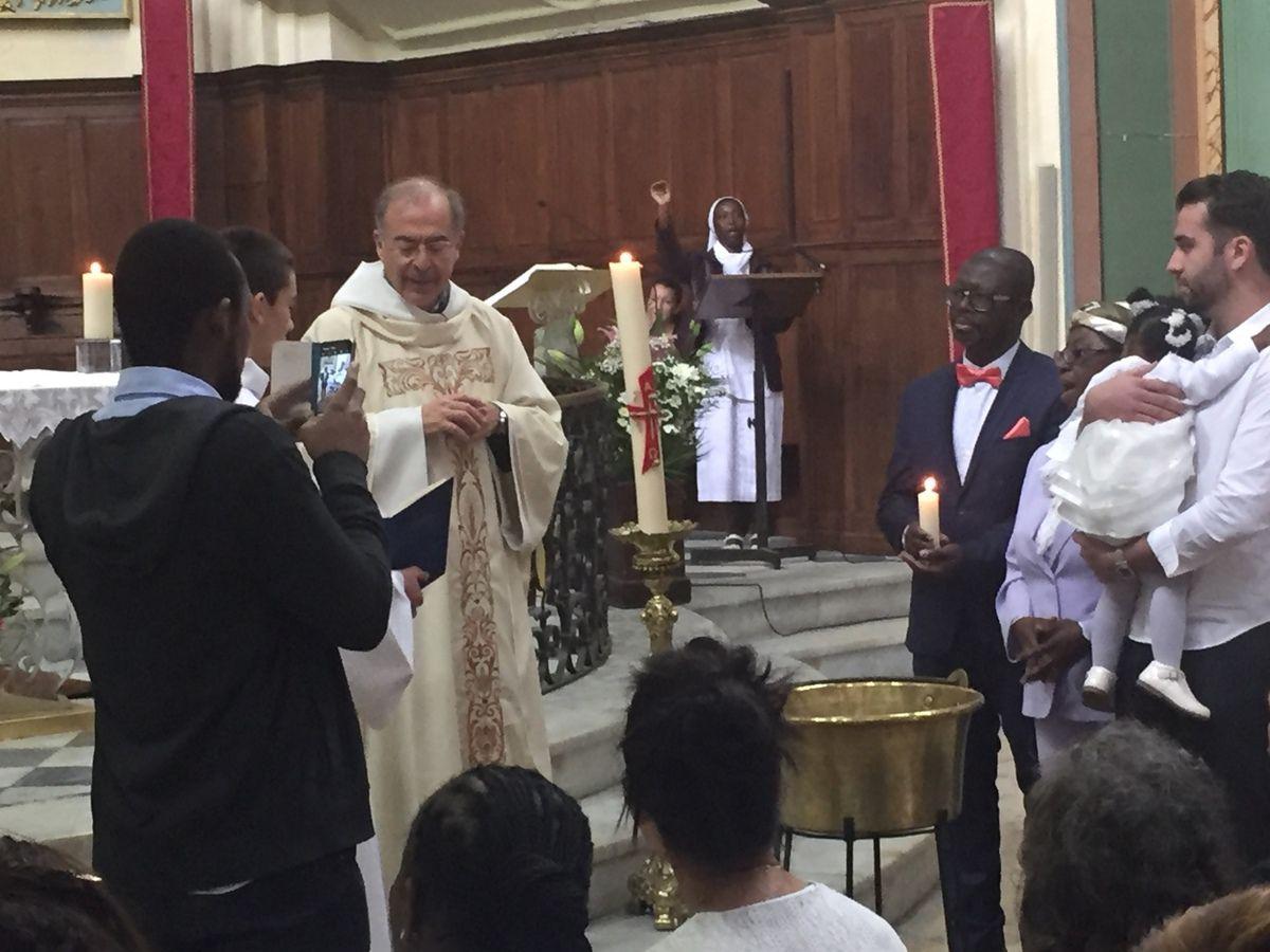 Eglise de La Madeleine à 10h. Baptême d'Iris. Distribution des agneaux pascals.
