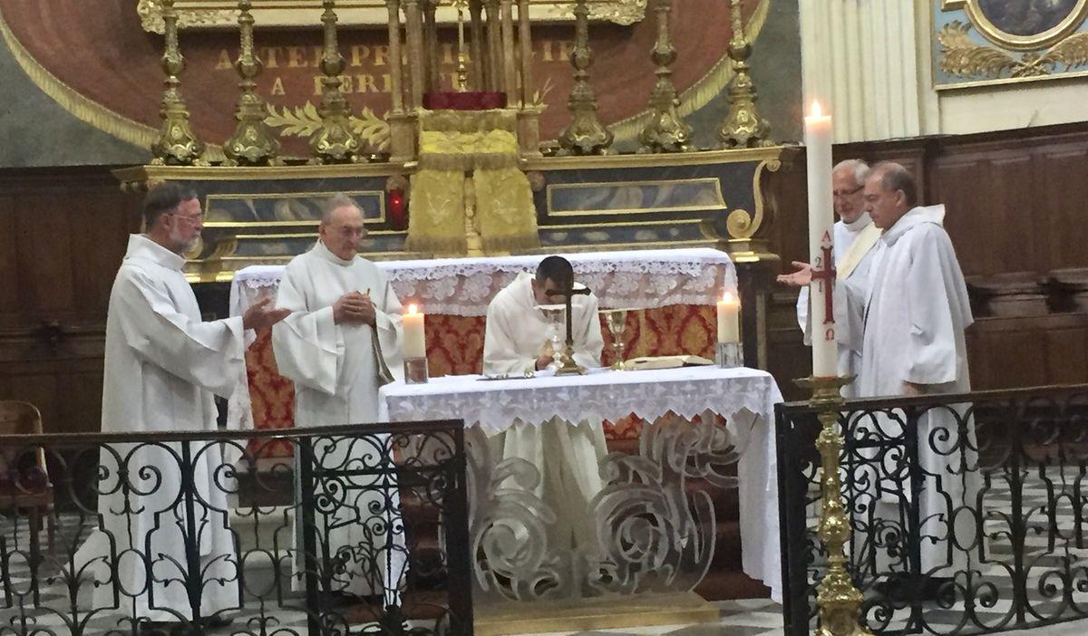 Première visite de notre futur curé, le Père Michel Isoard, ce matin à La Madeleine.