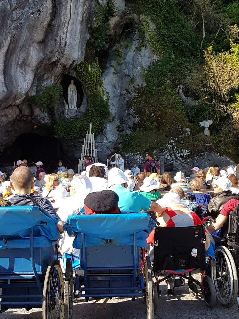 Ce matin, vers la Messe à la Grotte présidée par Mgr Dufour, archevêque d'Aix et Arles