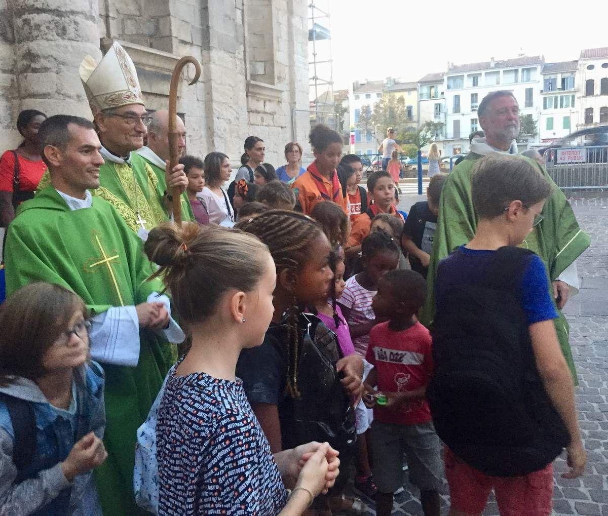 Remise des clefs par Mgr Dufour, remise de la Parole de Dieu, Bénédiction des cartables, belle cérémonie dans une église comble !