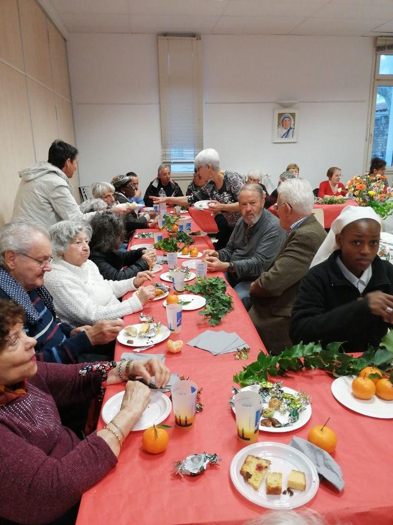 Retour en images sur la Messe de Noël pour les malades et les personnes âgées  aujourd'hui à l'église  Saint Louis d'Anjou à  Martigues, suivie d'un goûter à la Maison Saint François.